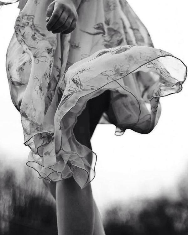 dress-wind-woman-black-and-white