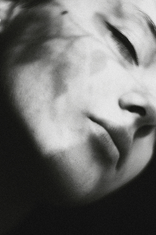 woman-sleeping-black-and-white-close-up