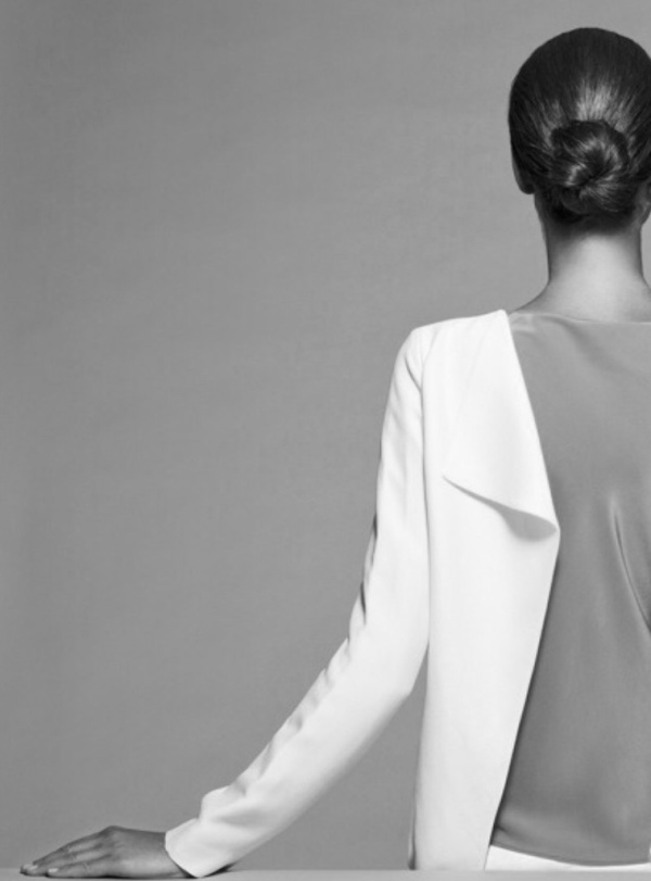 woman-back-black-and-white