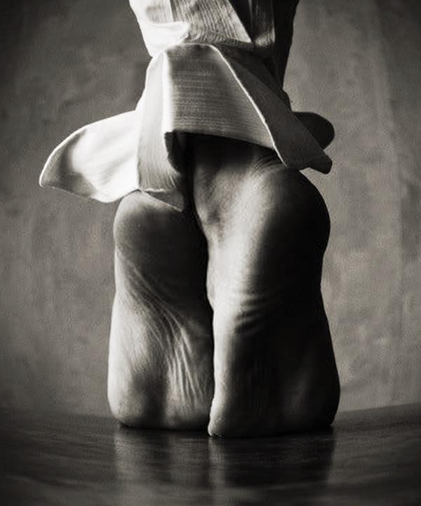 feet-walk-souls-black-and-white