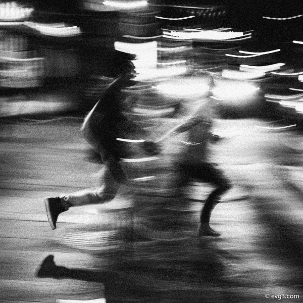 running-black-white