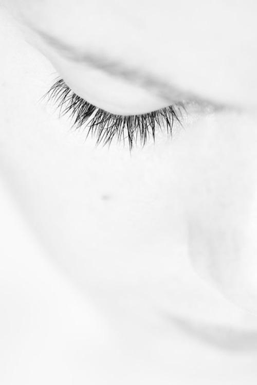 woman-rest-white-eye-lash