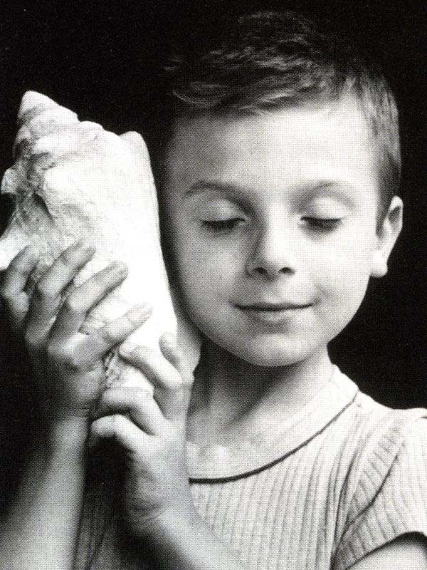 edouard_boubat_057-boy-shell